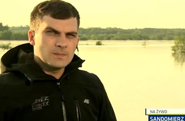 Dariusz Kmiecik w relacji o nadchodzącej fali (i obrandowanej kurtce)